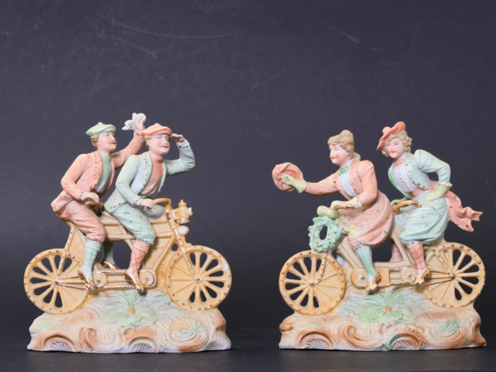 For sale: LES DANDYS ET ET ELEGANTES A BICYCLETTE TANDEM - PAIRE DE BISCUITS POLYCHROME